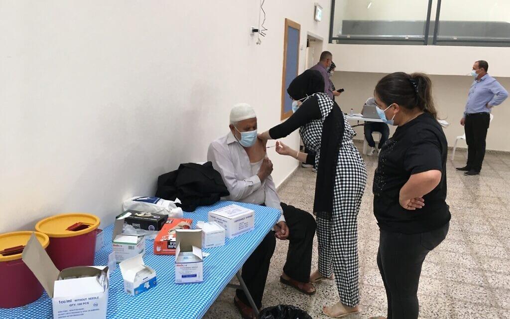 תושב ברטעה מקבל חיסון מרכז החיסונים הזמני שהוקם בכפר (צילום: אוריאל היילמן)