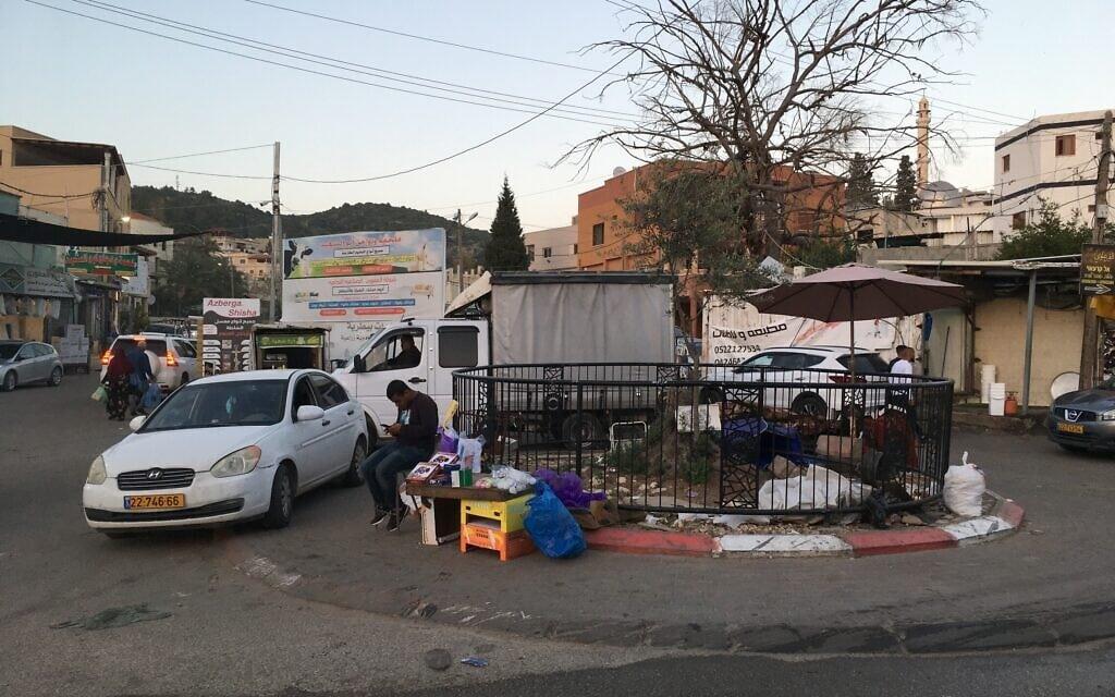 כיכר קטנה מסמלת את הגבול בין ברטעה הישראלית לברטעה הפלסטינית (צילום: אוריאל היילמן)