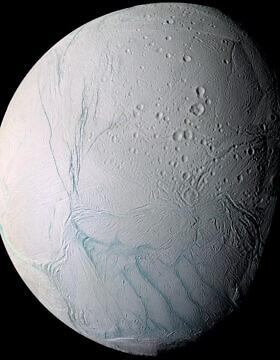 אנקלדוס, אחד מירחיו של כוכב הלכת שבתאי, 28 ביוני 2009 (צילום: AP Photo/NASA)