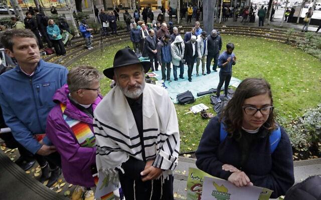 בני דתות שונות, בהם יהודים ומוסלמים, מפגינים יחד בסיאטל במחאה על איסור הכניסה שהטיל הנשיא דונלד טראמפ על אזרחים ממספר מדינות ערביות, 18 באוקטובר 2017 (צילום: Elaine Thompson, AP)