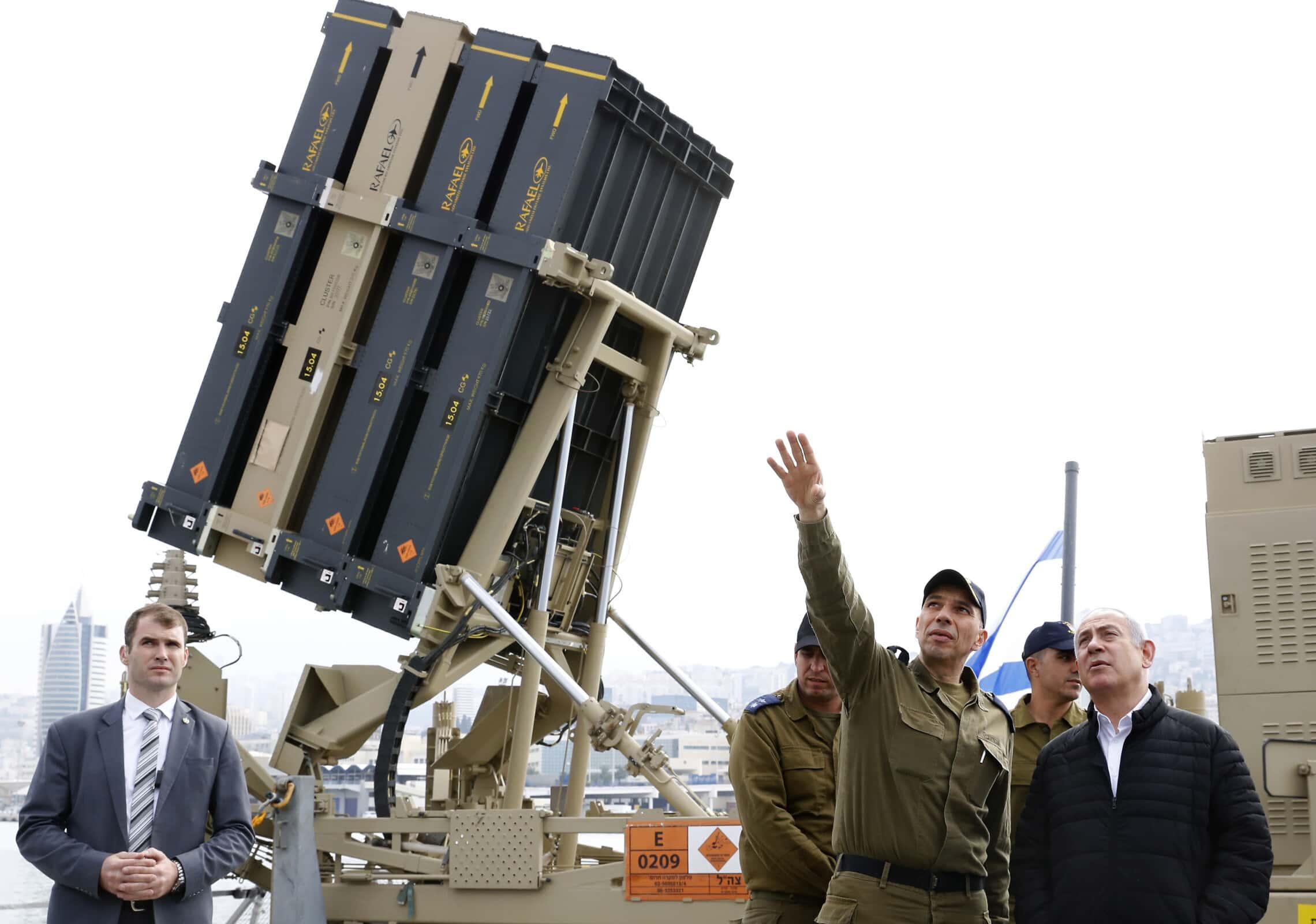 ראש הממשלה בנימין נתניהו מבקר בסוללת כיפת ברזל אשר הוצבה על קורבט סער 5 בחיל הים, 12 בפברואר 2019 (צילום: Jack Guez/POOL via AP)