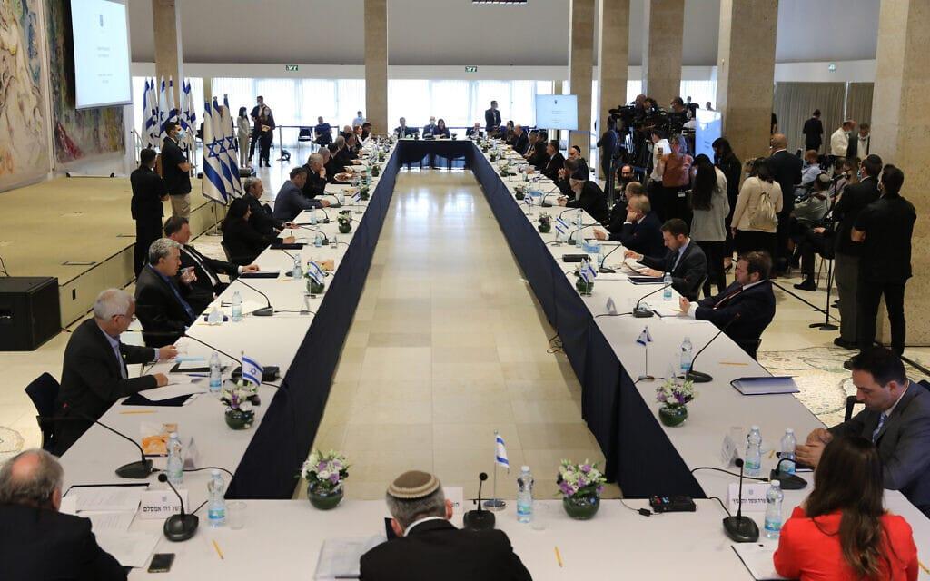 ישיבתה הראשונה של הממשלה ה-35, 24 במאי 2020; לראשונה מכהנים בממשלה שר משאבי המים, שר הדיגיטל הלאומי, שרה לחיזוק וקידום קהילתי, שרת ההתיישבות ושר ההשכלה הגבוהה והמשלימה (צילום: Abir Sultan/Pool Photo via AP)