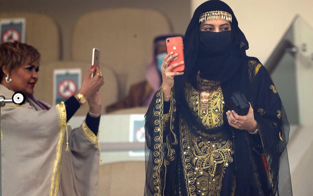 נשים צופות במירוץ הסוסים השנתי בגביע הסעודי בריאד, פברואר 2021 (צילום: AP Photo/Amr Nabil)