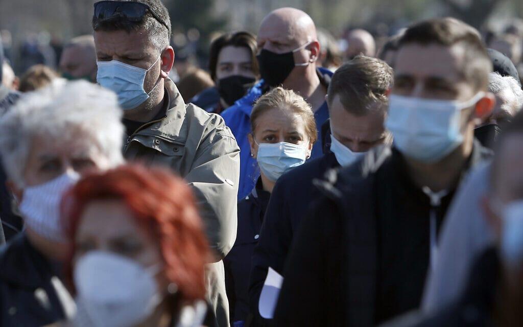 אנשים ממתינים לקבלת חיסון של אסטרהזניקה בבלגרד שבסרביה, 27 במרץ 2021 (צילום: Darko Vojinovic, AP)