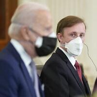 """נשיא ארה""""ב ג'ו ביידן והיועץ לבטחון לאומי בממשלו ג'ק סאליבן (צילום: AP Photo/Andrew Harnik)"""