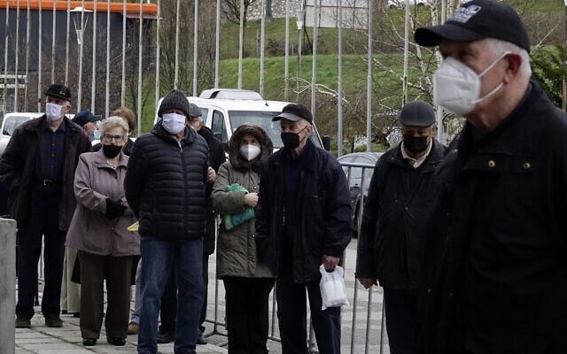 אזרחים ממתינים לקבלת חיסון נגד קורונה ליד היכל ספורט בסרייבו שבבוסניה, 21 באפריל 2021 (צילום: Eldar Emric, AP)
