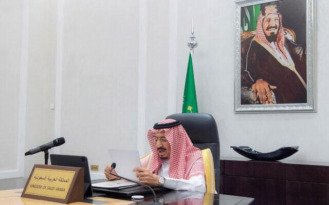 סלמאן, מלך ערב הסעודית, נושא דברים בוועידת האקלים ממשרדו שבריאד, 22 באפריל 2021 (צילום: Saudi Press Agency via AP)