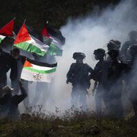 """כוחות מג""""ב מתנגשים עם מפגינים פלסטינים ליד ההתנחלות סלפית, 3 בדצמבר 2020 (צילום: AP Photo/Majdi Mohammed)"""