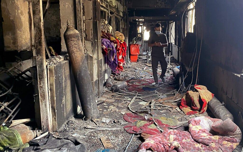 מה שנותר מהיחידה לטיפול נמרץ בבית החולים שעלה באש בבגדד, עיראק, ב-27 באפריל 2021 (צילום: AP Photo/Khalid Mohammed)