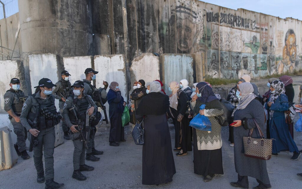 נשים פלסטיניות ממתינות לעבור במחסום קלנדיה, 16 באפריל 2021 (צילום: AP Photo/Nasser Nasser)