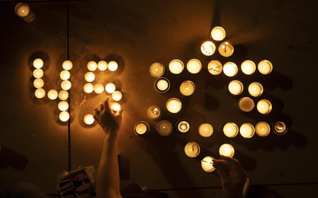 נרות שהודלקו בתל אביב לזכר 45 ההרוגים שנספו באסון שאירע בקבר רבי שמעון בר יוחאי בהר מירון, 1 במאי 2021 (צילום: Oded Balilty, AP)