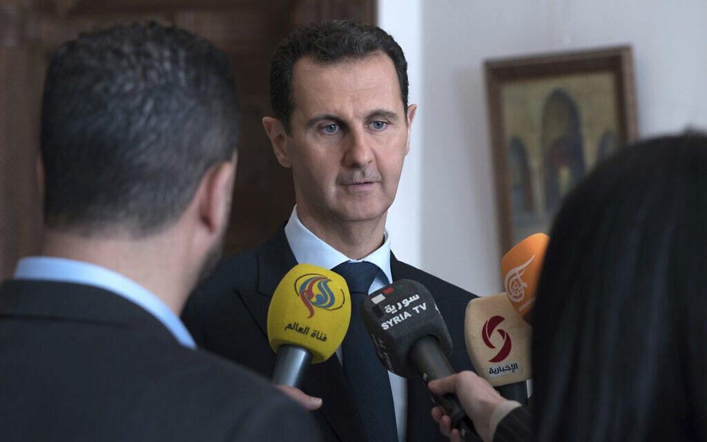 נשיא סוריה בשאר אל-אסד משוחח עם עיתונאים בדמשק, 4 במרץ 2018 (צילום: Syrian Presidency Facebook Page via AP, File)