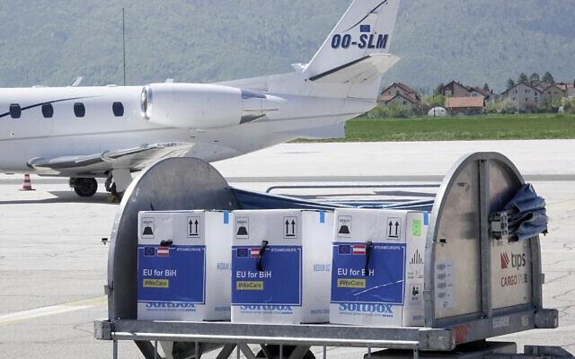 קונטיינר ובו חיסונים של חברת פייזר בנמל התעופה של סרייבו שבבוסניה, 4 במאי 2021 (צילום: Eldar Emric, AP)