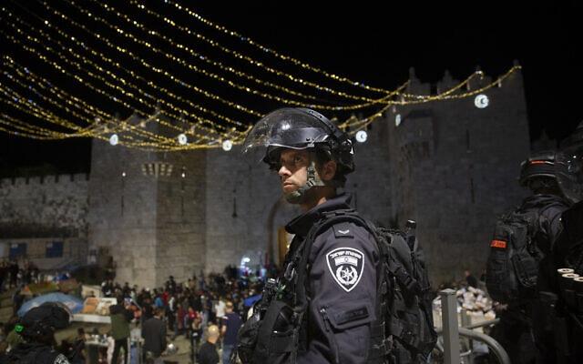 """שוטר מג""""ב ברחבת שער שכם בעיר העתיקה בירושלים 7 במאי 2021 (צילום: AP Photo/Maya Alleruzzo)"""