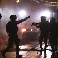 שוטרי משמר הגבול יורים רימוני הלם לעבר מתפרעים פלסטינים במהומות ליד שער שכם, 8 במאי 2021 (צילום: AP Photo/Oded Balilty)