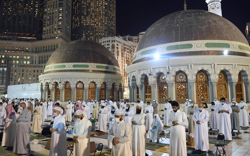 תפילת לילת אל-קאדר במכה, ערב הסעודית, 8 במאי 2021 (צילום: Saudi Press Agency via AP)