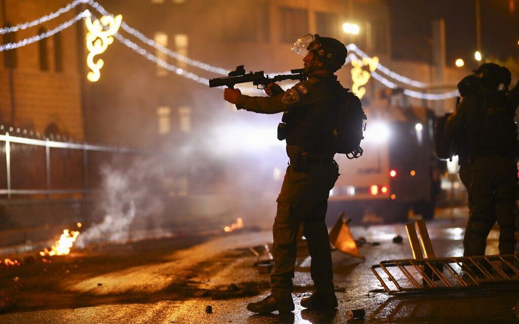 שוטרי משמר הגבול ברחבת שער שכם, 8 במאי 2021 (צילום: AP Photo/Oded Balilty)