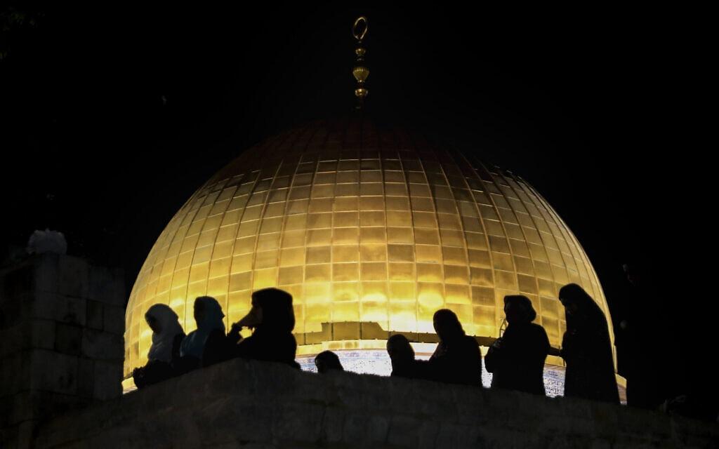 מתפללים פלסטינים באל-אקצא בתפילת לילת אל-קאדר, 8 במאי 2021 (צילום: AP Photo/Mahmoud Illean)
