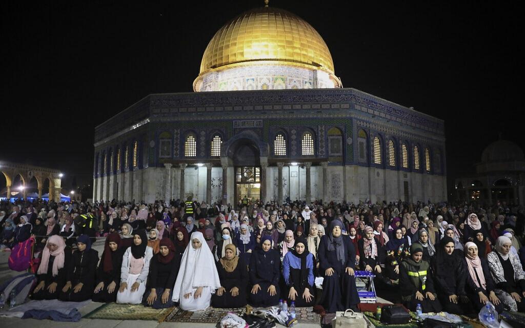תפילות באל-אקצא בלילת אל קאדר, 8 במאי 2021 (צילום: AP Photo/Mahmoud Illean)