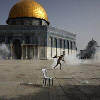 כוחות משטרה ירו גז מדמיע אל עבר מסגד אל אקצא, 10.5.2021 (צילום: AP Photo/Mahmoud Illean)