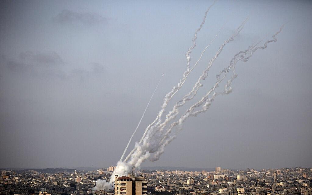 רקטות נורות מרצועת עזה לעבר ישראל, 10 במאי 2021 (צילום: AP Photo/Khalil Hamra)