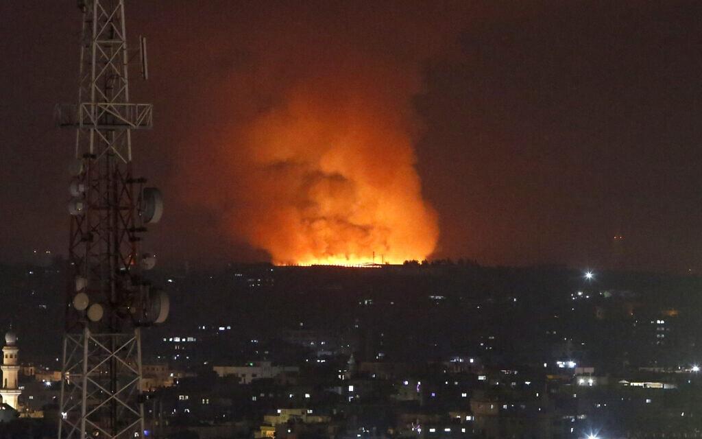 אש ועשן מיטמרים מרצועת עזה אחרי תקיפת חיל האוויר, 10 במאי 2021 (צילום: AP Photo/Hatem Moussa)