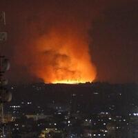 אש ועשן מיתמרים מרצועת עזה אחרי תקיפת חיל האוויר, 10 במאי 2021 (צילום: AP Photo/Hatem Moussa)
