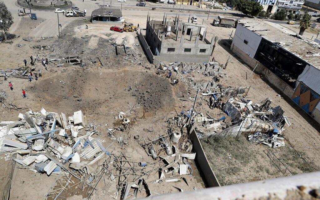 מפעל ומוסכים בעיר עזה שנפגעו בהפצצות של חיל האוויר, 11 במאי 2021 (צילום: Adel Hana, AP)