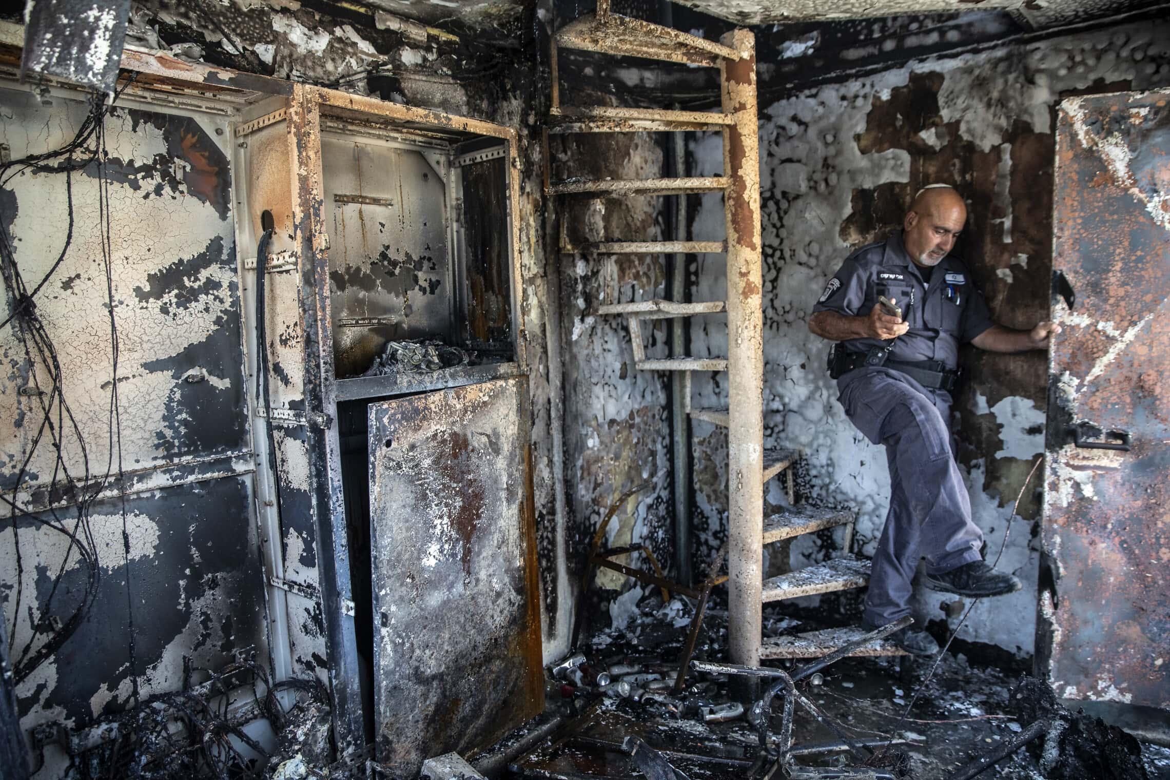 משרד של עיריית לוד שנשרף כליל, 11 במאי 2021 (צילום: AP Photo/Heidi Levine)