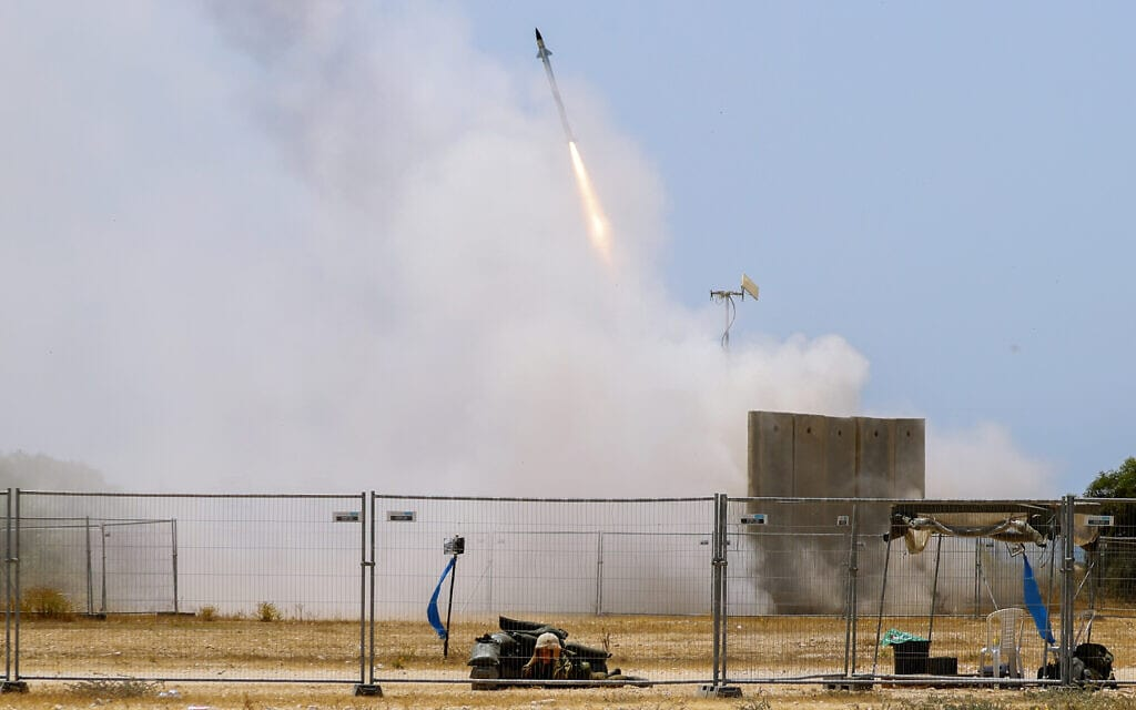 טיל משוגר מסוללת כיפת ברזל באשקלון כדי ליירט רקטות שנורות מרצועת עזה, 11 במאי 2021 (צילום: Ariel Schalit, AP)