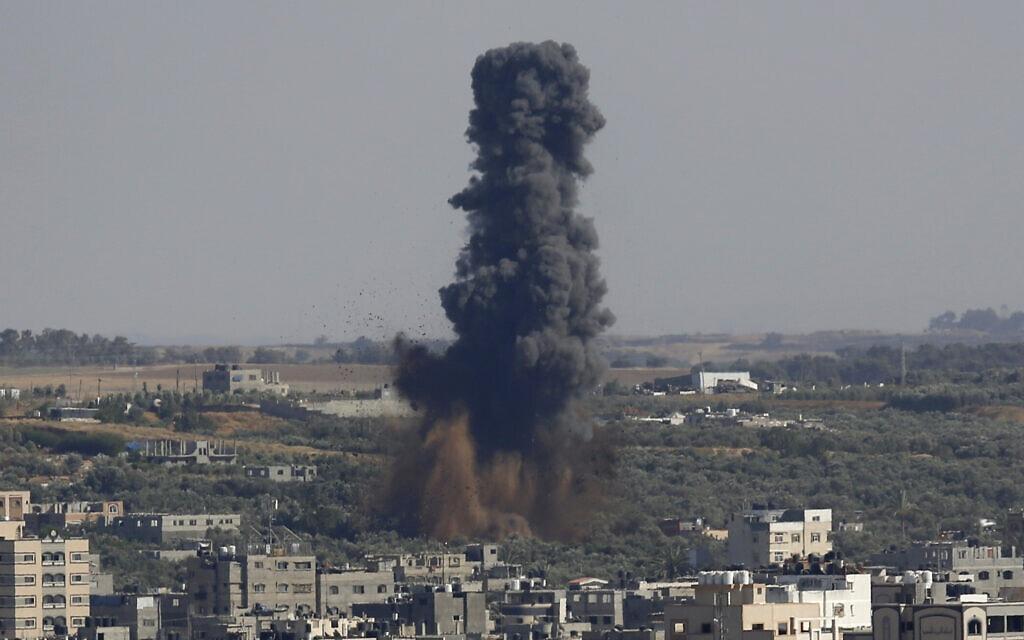 עשן מיתמר בעיר עזה בעקבות הפצצה של חיל האוויר, 11 במאי 2021 (צילום: Hatem Moussa, AP)