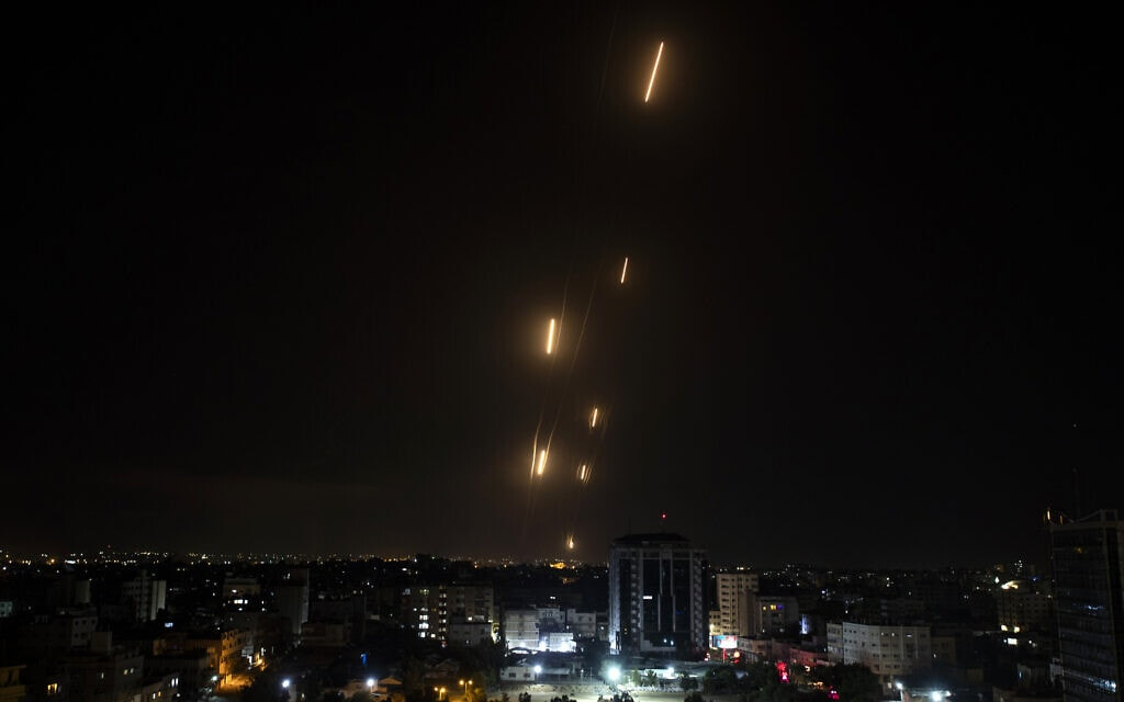רקטות נורות מרצועת עזה לישראל, 11 במאי 2021 (צילום: Khalil Hamra, AP)