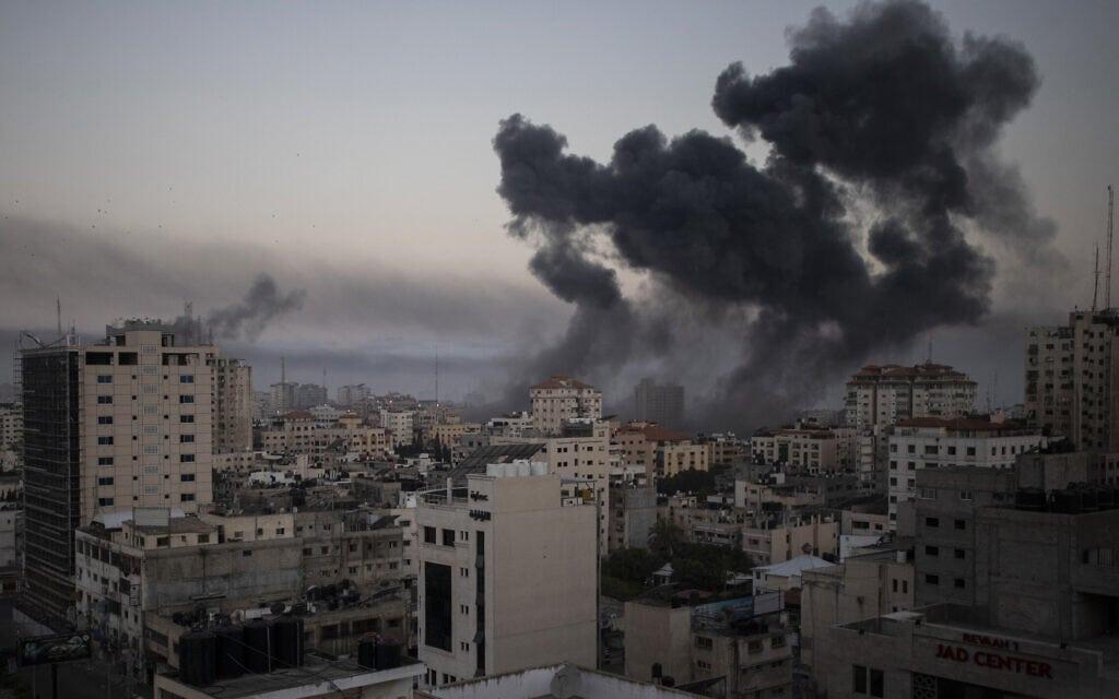 עשן מיתמר מרצועת עזה בעקבות תקיפת חיל האוויר, 12במאי 2021 (צילום: AP Photo/Khalil Hamra)