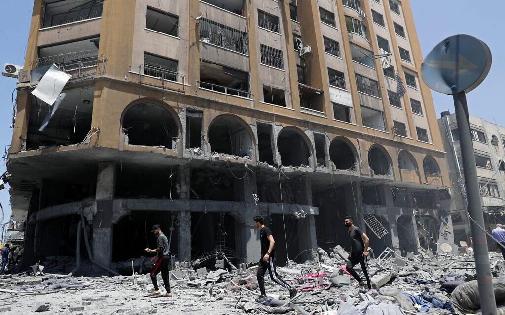 """בניין בעיר עזה שנפגע בתקיפת צה""""ל, 12 במאי 2021 (צילום: AP Photo/Adel Hana)"""