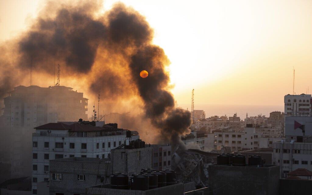 עשן מיטמר בעיר עזה אחרי תקיפת חיל האוויר, 12 במאי 2021 (צילום: AP Photo/Khalil Hamra)