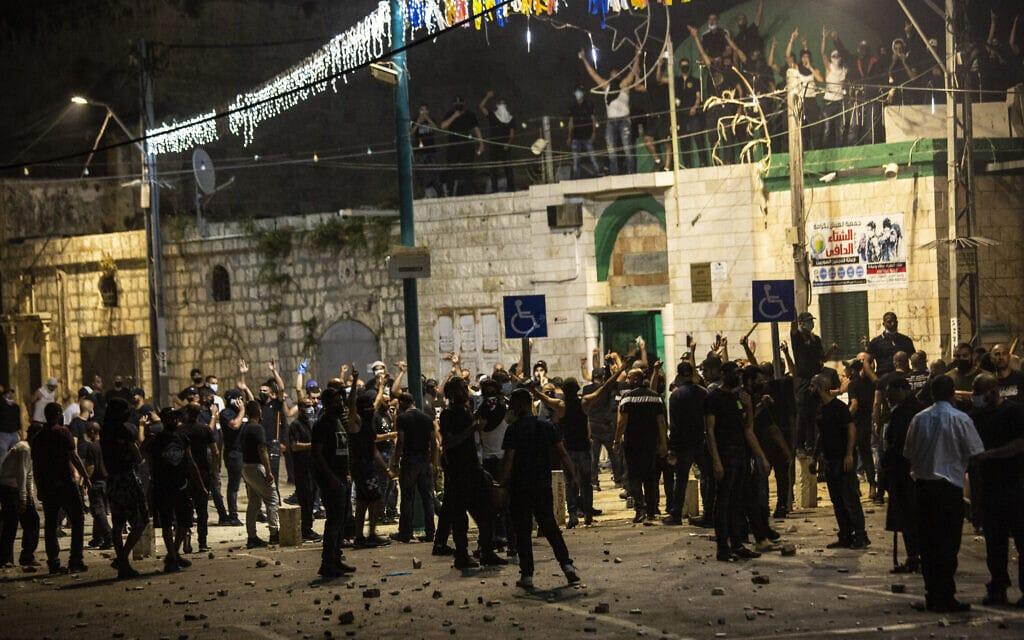 תושבים ערבים מתאספים ליד המסגד בלוד במהלך המהומות בעיר, 12 במאי 2021 (צילום: AP Photo/Heidi Levine)