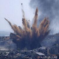 עשן מיתמר מעל עזה בעקבות התקפה של חיל האוויר, 13 במאי 2021 (צילום: AP Photo/Hatem Moussa)