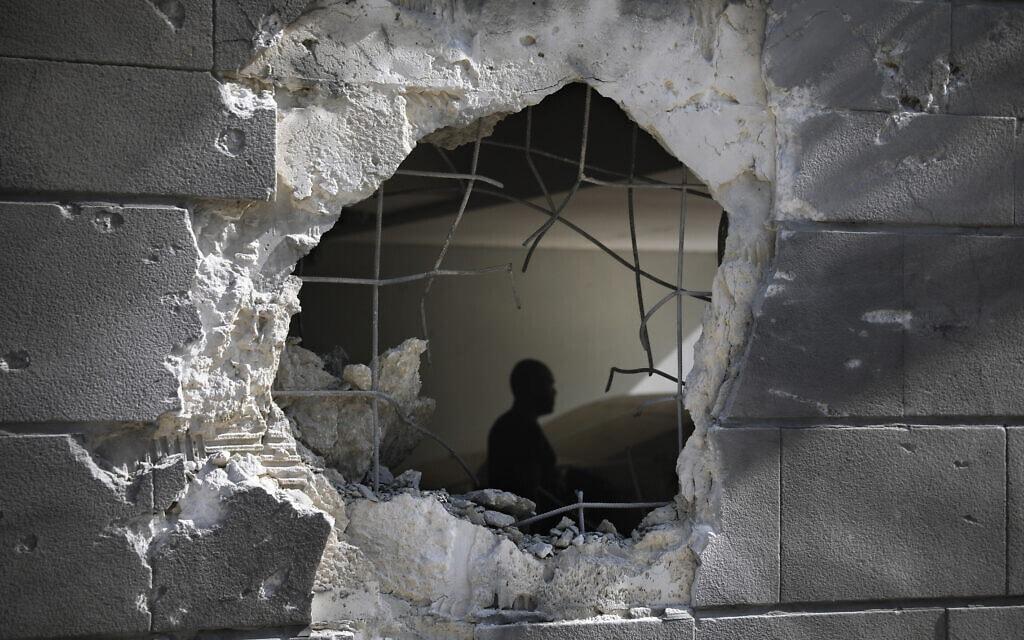 חור שנפער בבניין מגורים באשקלון כתוצאה מרקטה שנורתה מרצועת עזה, 14 במאי 2021 (צילום: AP Photo/Ariel Schalit)