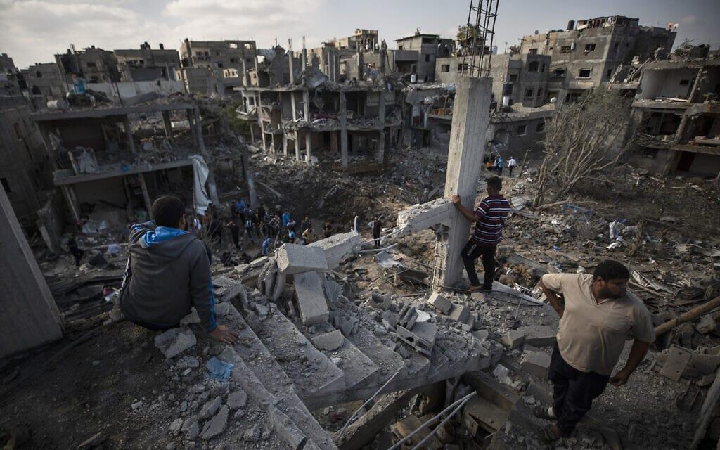"""מבנים שנחרבו בהפצצת צה""""ל בבית חאנון, 14 במאי 2021 (צילום: Khalil Hamra, AP)"""