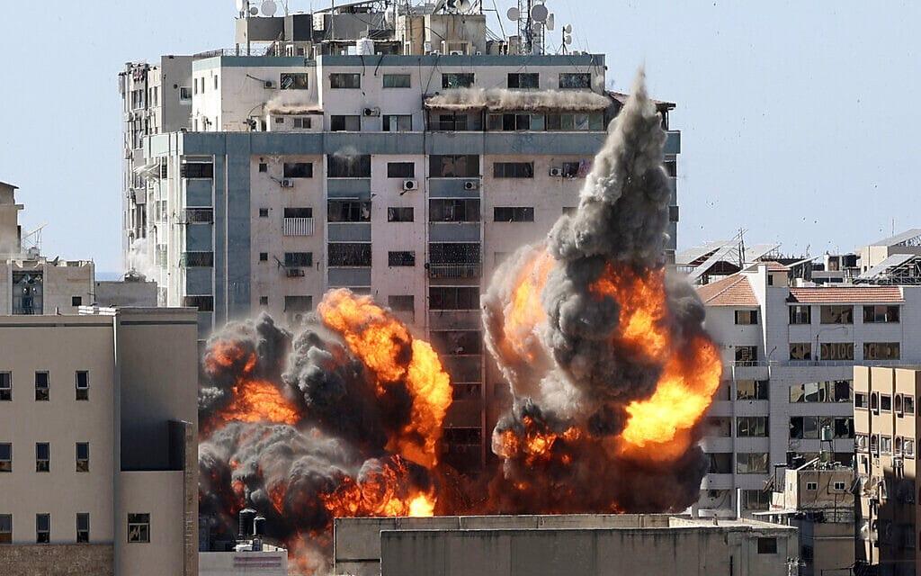 צה״ל הורס את  בניין אל-ג'לאא בעזה בהפצצה ביום השישי של מבצע ״שומר החומות״. 11.5.2021 (צילום: Mahmud Hams /Pool Photo via AP)