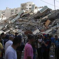 הריסות הבניין אל-ג'לאא ברצועת עזה שהופצץ על ידי ישראל, 16 במאי 2021 (צילום: Hatem Moussa, AP)