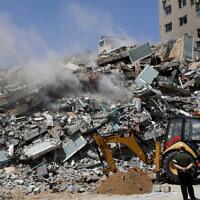 """הריסות בניין אל-ג'לאא ברצועת עזה שהופצץ בידי צה""""ל, 16 במאי 2021 (צילום: Adel Hana, AP)"""