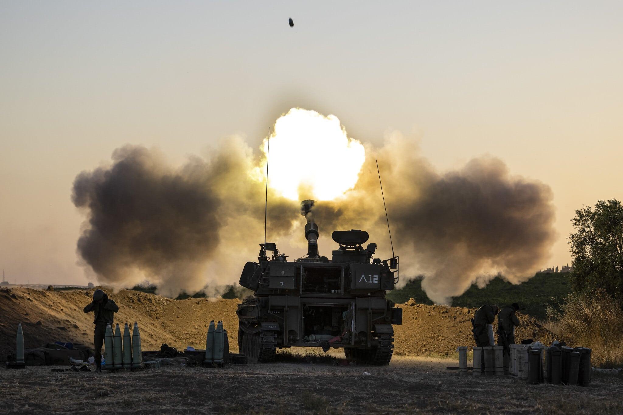 יחידת שריון ישראלית יורה פגזים אל עבר מטרות בעזה, 19 במאי 2021 (צילום: AP Photo/Tsafrir Abayov)