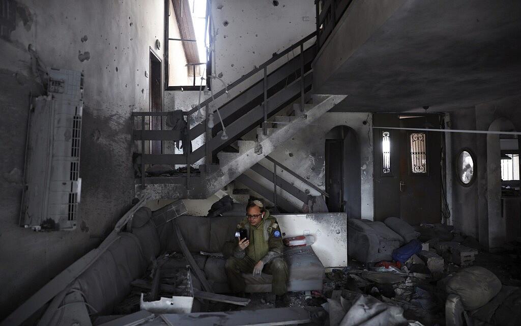"""חייל מיחידת דובר צה""""ל בבית באשקלון שנפגע בפגיעה ישירה מרקטה מעזה, 20 במאי 2021 (צילום: AP Photo/Ariel Schalit)"""