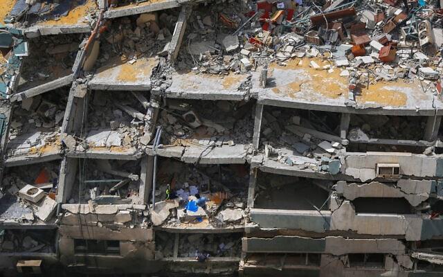 מה שנותר מבניין אל-ג'לאא, שאיכלס בין היתר גם את אל ג'זירה ואיי-פי, בעיר עזה, 21 במאי 2021 (צילום: AP Photo/Hatem Moussa)