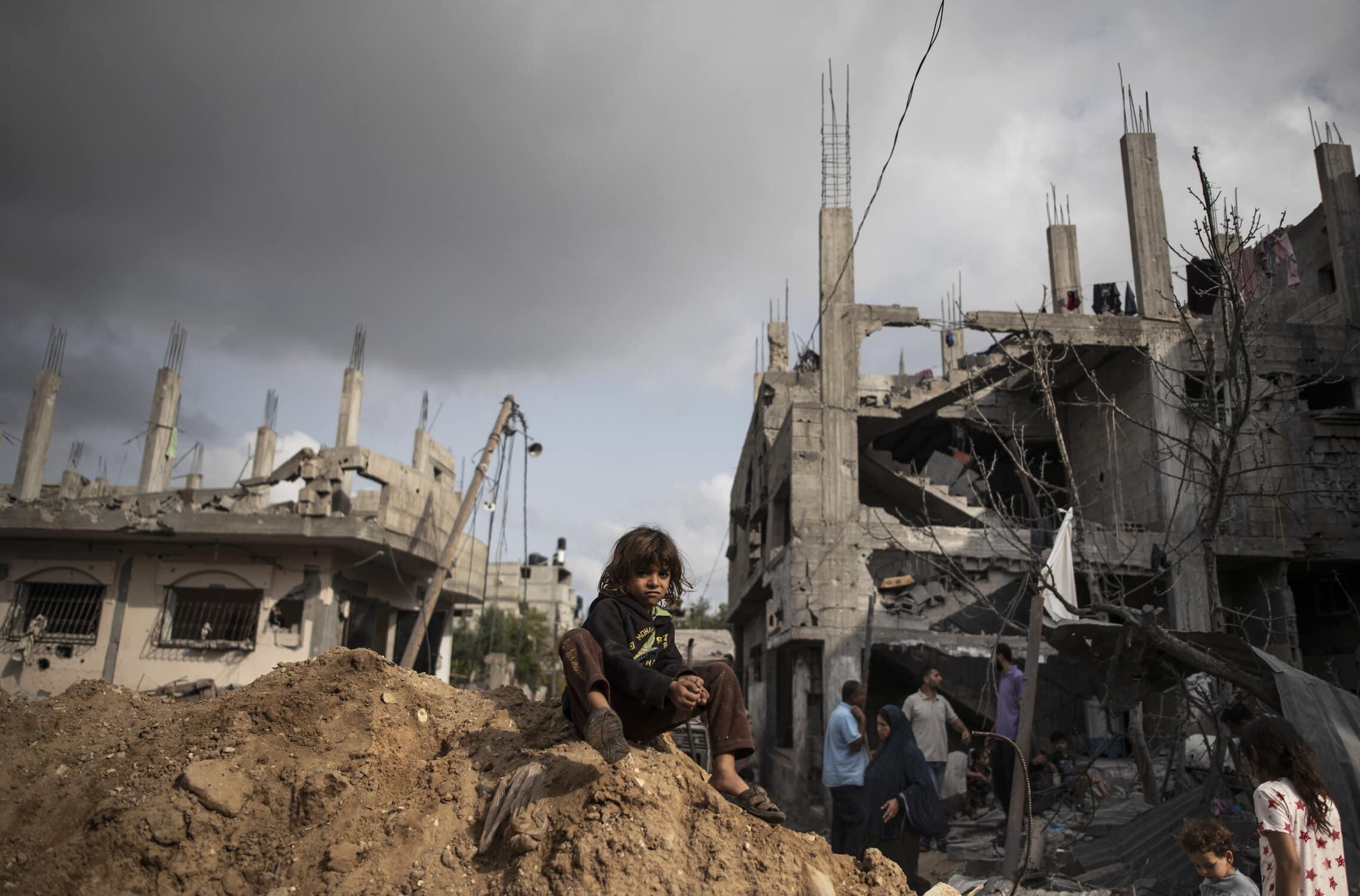 ההריסות בבית חאנון, בצפון רצועת עזה, אחרי תקיפות חיל האוויר, 21 במאי 2021 (צילום: AP Photo/Khalil Hamra)
