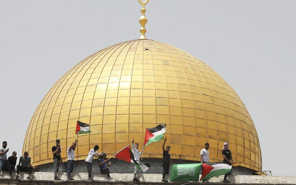 מתפללים פלסטינים חוגגים באל אקצא ביום שישי, 21 במאי 2021 (צילום: AP Photo/Mahmoud Illean)