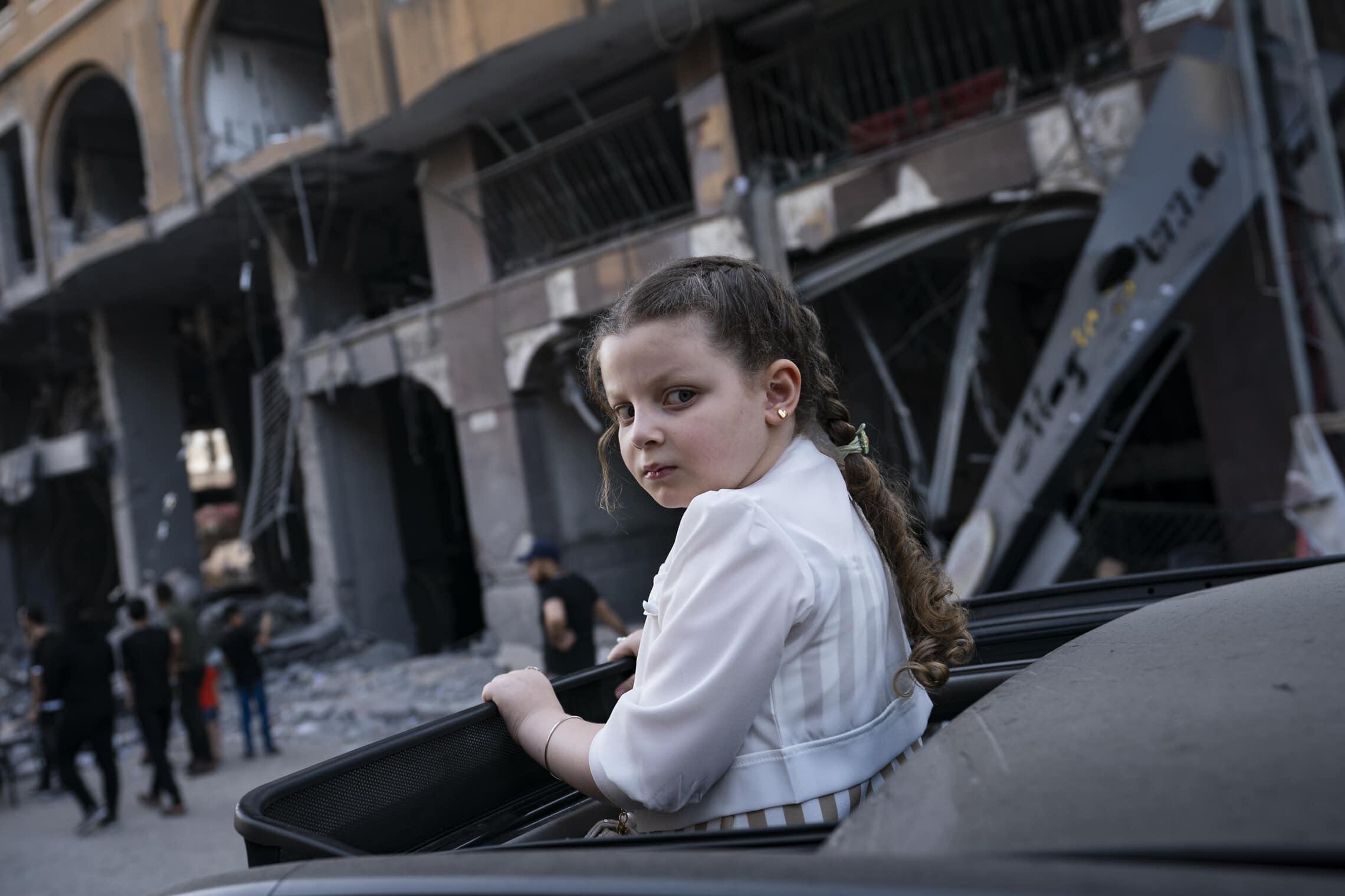תושבי עזה בודקים את מימדי ההרס בעזה אחרי הפסקת האש, 21 במאי 2021 (צילום: AP Photo/John Minchillo)