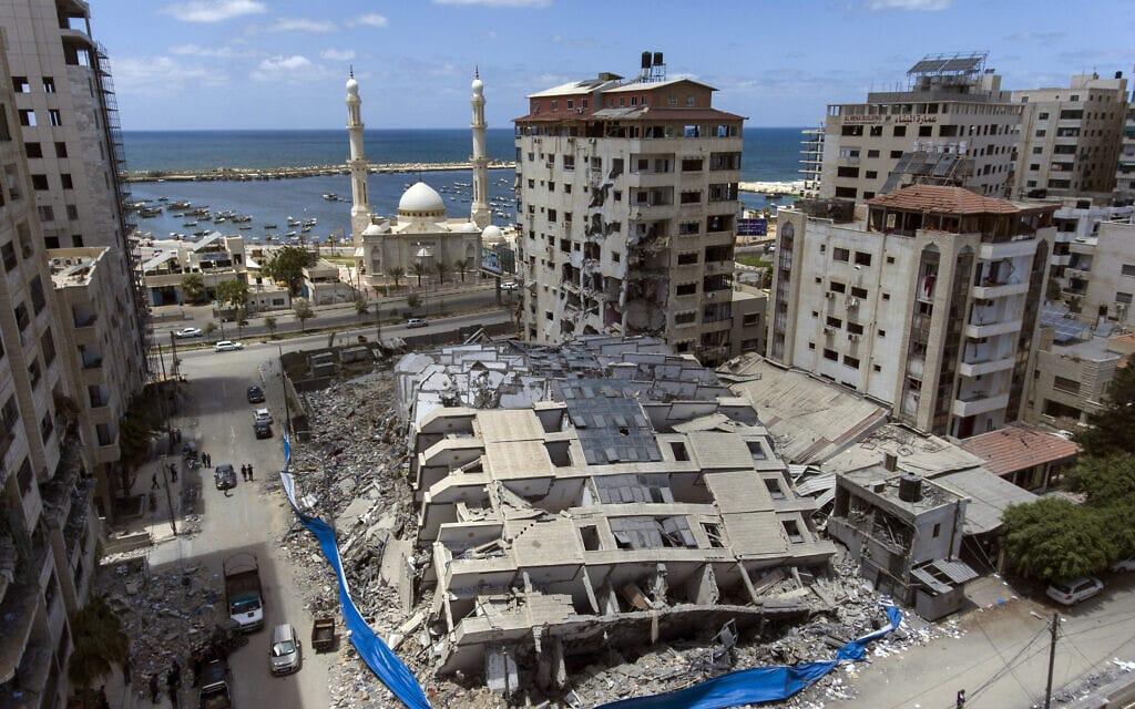 """ההריסות בעזה בעקבות תקיפות חיל האוויר במהלך מבצע """"שומר החומות"""", 22 במאי 2021 (צילום: AP Photo/Khalil Hamra)"""