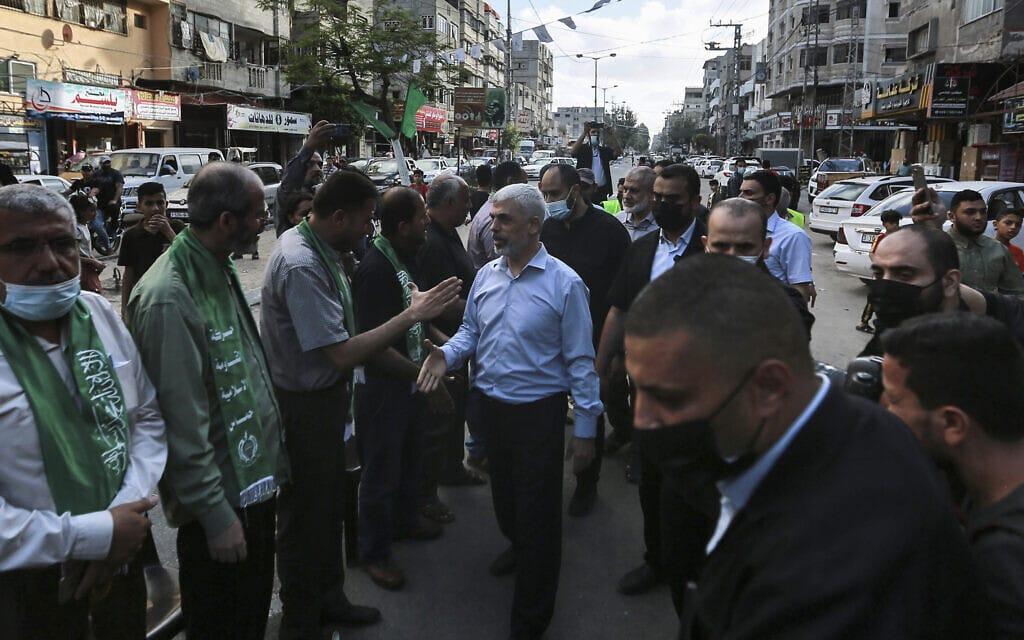 מנהיג חמאס בעזה יחיא סנוואר בתהלוכת ניצחון של חמאס בעיר עזה, 22 במאי 2021 (צילום: AP Photo/Mohammed Mohammed)